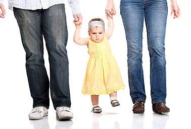 eltern baby laufen xs iStock 000016277604XSmall Wie viel Eltern braucht ein Kind?