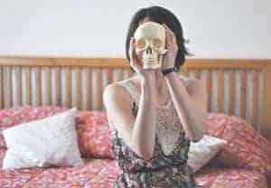 totenbett the tools caterina.appia  300x208 Von diesem Bett aus erkennen Sie, was falsch läuft in Ihrem Leben.