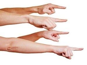 Wenn man mit einem Finger auf jemanden zeigt, zeigen drei Finger auf einen selbst zurück.