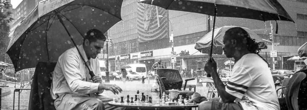 schachspieler-im-regen-flow-fokus-Photo-credit-Emilien-ETIENNE-via-Foter-schmal