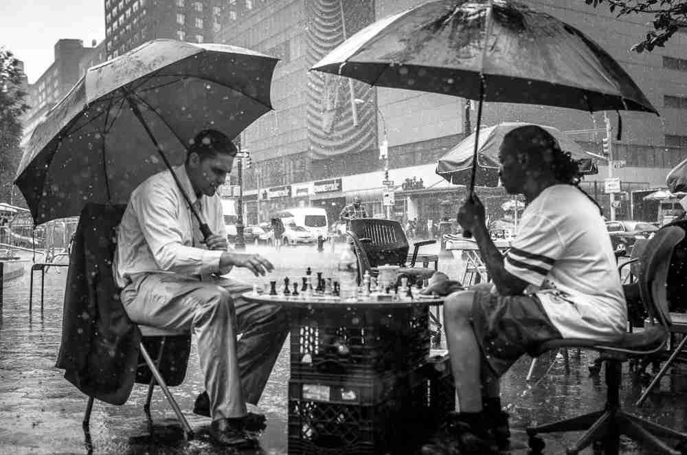 schachspieler im regen, flow, fokus, Photo credit Emilien ETIENNE via Foter